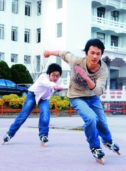 穿溜冰鞋玩鬼抓人,更驚險刺激,加入溜冰社,可以精進溜技,一享馳騁之樂,恍若身段輕巧的精靈。
