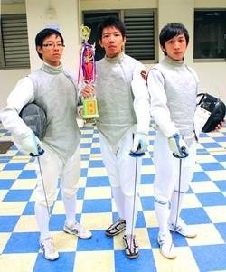 西洋劍社社員在台大椰林盃鈍劍團體奪冠者:德文二吳東橋(左)、航太三兵耿豪(中)、機電三林信騰(右)。( 攝影�區迪恆)