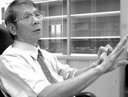 產經系講座教授麥朝成個性謙和、拘謹,但一談到經濟學,眼神就立刻充滿熱情光采,侃侃而談。(攝影�曾煥元)