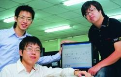 李秉諺(左下)、廖宏吉(右)、廖程楷(左上)獲「2009年度程序設計競賽」亞軍。(攝影�曾煥元)