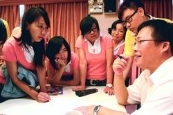 下課後,同學們仍圍繞天下雜誌主筆江逸之提問,十分認真。