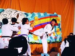 看木板被跆拳道社員各個擊破,原本屏氣凝神的同學,都不禁鼓掌叫好。(攝影�劉瀚之)