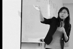公行系助理教授黃琛瑜和同學講解政治學。(攝影�林奕宏)