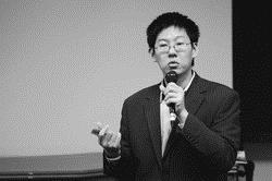 建築系系友李怡志回母校分享「人脈」與「品牌」的重要性。(圖�洪翎凱)