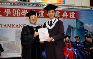 創辦人張建邦於畢業典禮中,親自頒發創辦人獎給大傳四吳致寬。(圖�陳振堂)