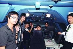 資工系系友、長榮航空董事長林寶水安排資工系同學參訪長榮航空,並實際進入駕駛模擬艙體驗。