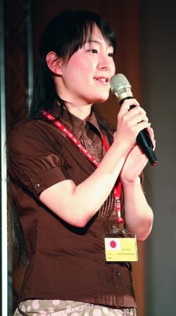 外籍生和交換生致詞代表在歡送會中,發表淡江4年的生活心得,其中交換生致詞代表是來自日本的橋本遙名,以流利的華語抒發對淡江的情感。(攝影�鄭雅文)
