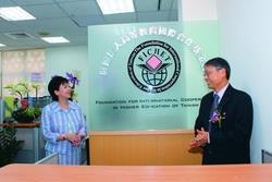 財團法人高等教育國際合作基金會舉行喬遷茶會,由校長張家宜(左)及教育部國際文教處處長劉慶仁(右)一起進行揭幕儀式。(圖�&#20931嘉翔)