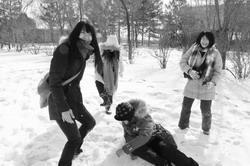 張友柔(左一)在吉林大學時與同學在雪中開心打雪仗!
