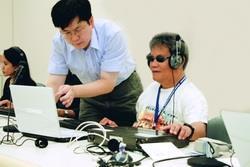 菲律賓師資來校學盲用電訪系統,指導人員正細心為菲國人員解惑。(圖�吳佳玲)