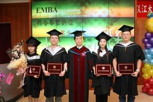 ↑商學院院長胡宜仁與96學年度商管碩士聯合碩專班畢業生合照。(圖�王家宜)