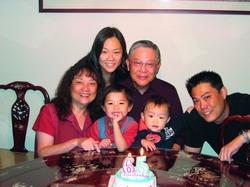 繆雙慶(圖中)年近古稀,「淡泊人生,含飴弄孫」是他目前的人生樂事,圖為繆雙慶與可愛的孫子、外孫及家人合影。(圖�繆雙慶提供)