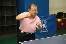 學術副校長陳幹男參加桌球課,運用本校完善設備強健體魄。(攝影�林奕宏)