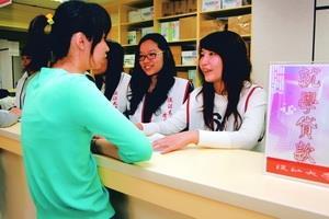 學務處本學期起於商館4樓設立聯合服務中心,以「微笑為核心精神」,整合學生事務,提供更省時有效率的服務。(攝影�曾煥元)