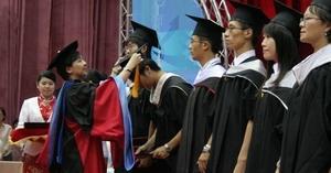 校長張家宜於畢業典禮中,親自為碩士班畢業生代表撥穗,並頒發畢業證書。(圖�陳奕至)