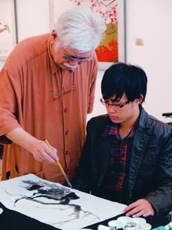 文錙藝術中心主任李奇茂親自示範,指導聽障畫家作畫。(圖�劉瀚之)