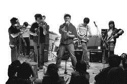 建築系師生自組樂團,舉辦「插一點電演唱會」,用音樂表達「愛淡水」。(圖�陳奕至)