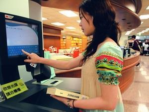 圖書館自動借書機於15日開放使用,師生只要持服務證或學生證,即可自行完成借書手續。(攝影�劉瀚之)