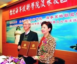 本校與台北海院締結為海事策略聯盟合作學校,上圖為校長張家宜(右)與該校校長林晉豐(左)簽訂協議書後合影。(攝影�黃士航)