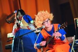 主持人為炒熱氣氛,,扮唐三藏與超級賽亞人等角色搞笑。