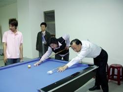 4月舉辦的蘭陽撞球賽,師生同場競技,右為創發院院長李培齊。(圖/蘭陽校園提供)