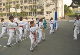 跆拳道社、口琴社、大地環保工作團同學服務鄉里,利用課餘到國小教課,小朋友們反應良好。(三社團提供)