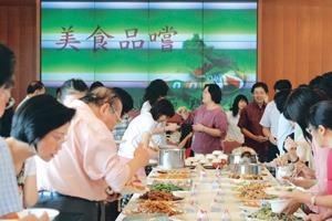 熱鬧滾滾餐會會場,教師   們盡情享用美食。