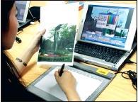 參賽同學正專注的以神來e畫淡江美景。(黃士航攝)