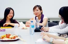 法文系校友廖健苡(左)、莊雅惠(右)今年拿<br>到雙碩士學位,上週與學弟妹笑談研究與工作經<br>驗。(攝影�陳振堂)