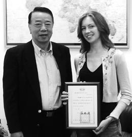 柯安娜奪得第34屆國際友人中國話演講比賽冠軍,<br>與華語中心主任李德昭分享她的喜悅。