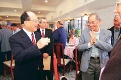 創辦人張建邦宴請退休同仁,並逐桌寒喧。<br>(攝影�陳振堂)