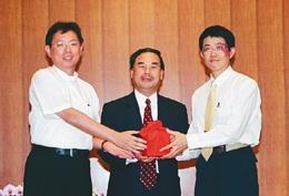 93學年度羅孝賢(左)交接印信,卸下運管系主任一職。(馮文星攝)