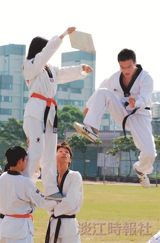 跆拳武術技能表演,跳踢5公尺高的木板,精釆表演,讓師生大開眼界。