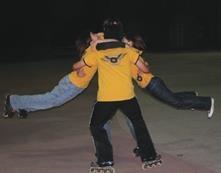 ▲溜冰社同學表演「飛天臭豆腐」這項特技,以4個人圍成一個小圈,轉轉轉,之後兩個人兩腳離地旋轉,是十分高難度的演出。(溜冰社提供)