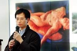 畫家劉勝雄及其畫作《靈魂的釋放》。(圖/記者陳振堂)