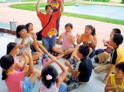 淡江嚕啦啦暑期赴苗栗縣新英國小服務,社員和小朋友在各項遊戲中同樂。