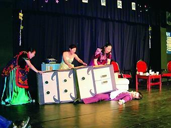 俄文系公演劇碼「謎樣的男子」,擔綱演出的同學在服裝和道具上皆十分用心,再加上精湛的演技,獲得在場觀眾好評。(攝影�林靜妤)