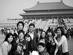 熊建成教授(圖中)與拉丁美洲所學生於北京故宮前合影。