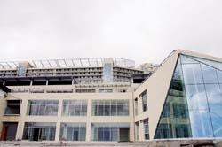 蘭陽校園國際會議廳矗立於宿舍大樓前,特別規劃明亮的觀景窗,自  月起開放使用。(馮文星攝影)