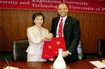 校長張家宜與巴拿馬科技大學校長Prof. Salvador  Rodriquez簽署姊妹校學術交流協議書。