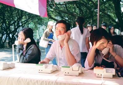 上週三在教育館外舉辦「溫馨花緣,郵電傳情」母親節感恩活動,由中華電信提供免費打電話服務,教職員生紛紛把握機會,打電話向家人報平安。(圖�陳奕至)