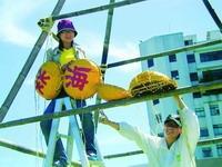 工作人員正在蛋捲廣場架設象徵淡海同舟的精神堡壘。(92淡海同舟)