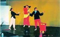 學員在晚會上載歌載舞,表演生動活潑(88淡海同舟)。