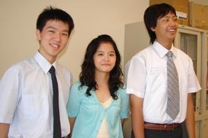 第一志願考上蘭陽校園的5位學生,對自己的前途滿自信。圖自左為黃嘉民、蕭名涵、陳正煒穿著週一「蘭陽日」所規定的正式服裝入鏡。(圖�蘭陽校園提供)