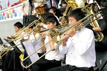 10.管樂社同學賣力地演奏樂曲,為校慶配樂。