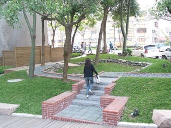 「盲人花園」以視障者的高標準來作規劃,現今成為校園中特別的一塊綠地可供同學休憩。(攝影�黃靖淳)