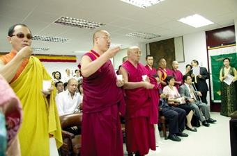 西藏研究中心上週五舉行成立茶會,邀請9名藏傳佛教喇嘛仁波切進行灑淨儀式,為淡江祈福。該中心是由前校長張紘炬發起,為全台第一個專研西藏文化的重鎮。(攝影/馮文星)