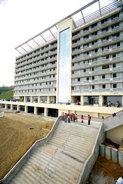 校長張家宜帶領蘭陽校園師生於18日視察蘭陽校園,同學看到新宿舍建築如此宏偉,希望可儘快進駐。(馮文星攝影)