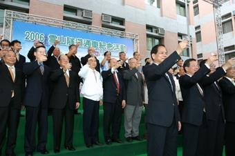 創辦人張建邦(中排左3)出席雪山隧道通車活動,舉杯祝福隧道通車平安順利。(圖/記者郭展宏)
