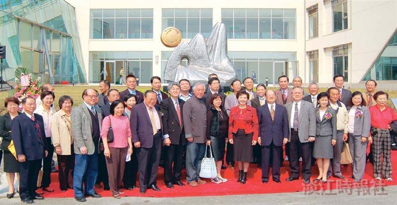 楊英風「雪山隧道」雕塑揭幕 創辦人:蘭陽校園傳統就此展開